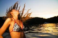 Jonge vrouw bij strand royalty-vrije stock afbeelding