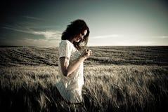 Jonge vrouw bij tarwe Stock Afbeelding