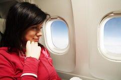 Jonge vrouw bij vliegtuig Royalty-vrije Stock Foto