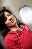 Jonge vrouw bij vliegtuig Royalty-vrije Stock Afbeelding