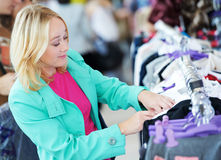 Jonge vrouw bij winkel Stock Foto