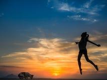 Jonge vrouw bij zonsondergang Royalty-vrije Stock Foto's