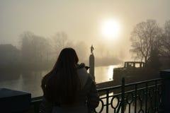 Jonge vrouw bij zonsondergang op Charles Bridge stock fotografie