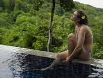 Jonge Vrouw in Bikini door Zwembad Royalty-vrije Stock Fotografie