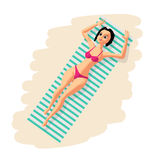 Jonge vrouw in bikini zonnebaden die op het strand liggen Royalty-vrije Stock Afbeelding