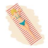 Jonge vrouw in bikini zonnebaden die op het strand liggen Stock Fotografie