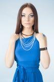 Jonge vrouw in blauwe kleding Stock Afbeelding
