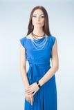 Jonge vrouw in blauwe kleding Stock Afbeeldingen