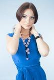 Jonge vrouw in blauwe kleding Royalty-vrije Stock Fotografie