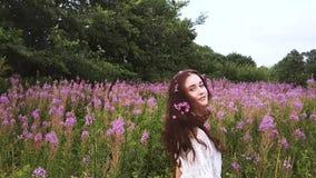 Jonge vrouw in bloemen stock video