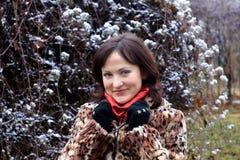 Jonge vrouw in bontjas en sneeuw Stock Foto