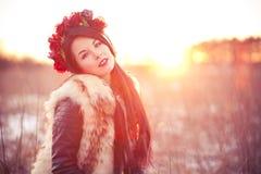 Jonge vrouw in bontvest stock afbeeldingen