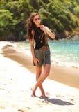 Jonge vrouw in borrels en zwarte t-shirt, die zonnebril, sta dragen royalty-vrije stock foto's