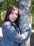 Jonge vrouw in bos stock foto