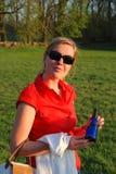 Jonge vrouw buiten royalty-vrije stock afbeelding