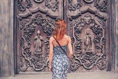 Jonge vrouw buiten kerk Royalty-vrije Stock Afbeelding