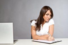 Jonge vrouw in bureau royalty-vrije stock afbeeldingen