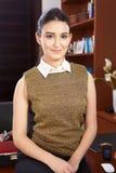 Jonge vrouw in bureau Stock Foto