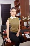 Jonge vrouw in bureau Stock Foto's