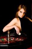 Jonge vrouw in casino Stock Foto