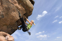 Jonge vrouw climbig een rots