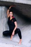 Jonge vrouw in concrete val Royalty-vrije Stock Fotografie