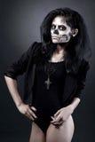Jonge vrouw in dag van de dode maskerschedel. Halloween-gezichtsart. Stock Foto