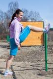 Jonge vrouw in de aerobics van de kostuumgeschiktheid Royalty-vrije Stock Afbeeldingen
