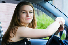 Jonge vrouw in de auto. Royalty-vrije Stock Afbeelding