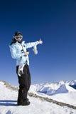 Jonge vrouw in de bergen stock foto