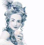 Jonge vrouw in de 18de eeuwbeeld het stellen met snoepjes Royalty-vrije Stock Afbeelding