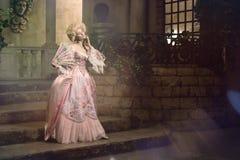 Jonge vrouw in de 18de eeuwbeeld het stellen in uitstekende buitenkant Stock Foto's