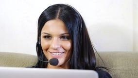 Jonge vrouw, de exploitant van de klantendienst met hoofdtelefoon stock afbeeldingen