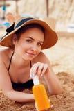 Jonge Vrouw in de Flessen van de Bikiniholding Zonroom in Haar Handen Skincare royalty-vrije stock fotografie