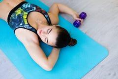 Jonge vrouw in de gymnastiek Royalty-vrije Stock Foto
