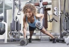 Jonge vrouw in de gymnastiek Stock Afbeelding