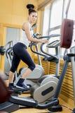 Jonge vrouw in de gymnastiek Stock Fotografie