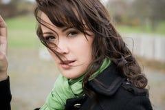 Jonge vrouw in de herfst met een sjaal Royalty-vrije Stock Foto's
