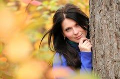 Jonge vrouw in de herfstbos Royalty-vrije Stock Foto's