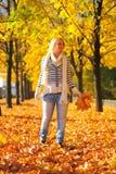 Jonge vrouw in de herfstpark Royalty-vrije Stock Foto
