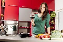 Jonge vrouw in de keuken Stock Afbeeldingen