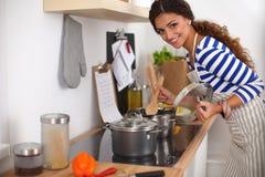 Jonge vrouw in de keuken die een voedsel voorbereiden Royalty-vrije Stock Afbeelding