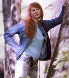 Jonge vrouw in de lentepark Royalty-vrije Stock Afbeeldingen