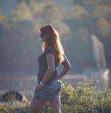 Jonge vrouw in de lentepark Stock Afbeeldingen