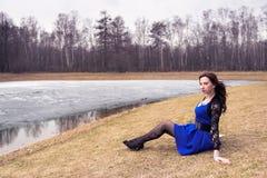 Jonge vrouw in de lentepark Royalty-vrije Stock Afbeelding