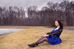 Jonge vrouw in de lentepark Stock Foto's