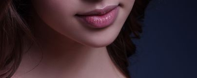Jonge vrouw, de make-updetail van de Schoonheids roze lip Macro van het deel van het vrouwen` s gezicht De mollige lippen met roz stock afbeeldingen