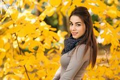 Jonge vrouw in de mooie herfst pakr Atmosferisch oktober Levensstijlfoto van jonge mooie dame Royalty-vrije Stock Foto