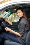Jonge vrouw in de nieuwe auto Stock Foto's