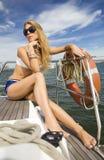 Jonge vrouw in de oceaan Royalty-vrije Stock Afbeeldingen